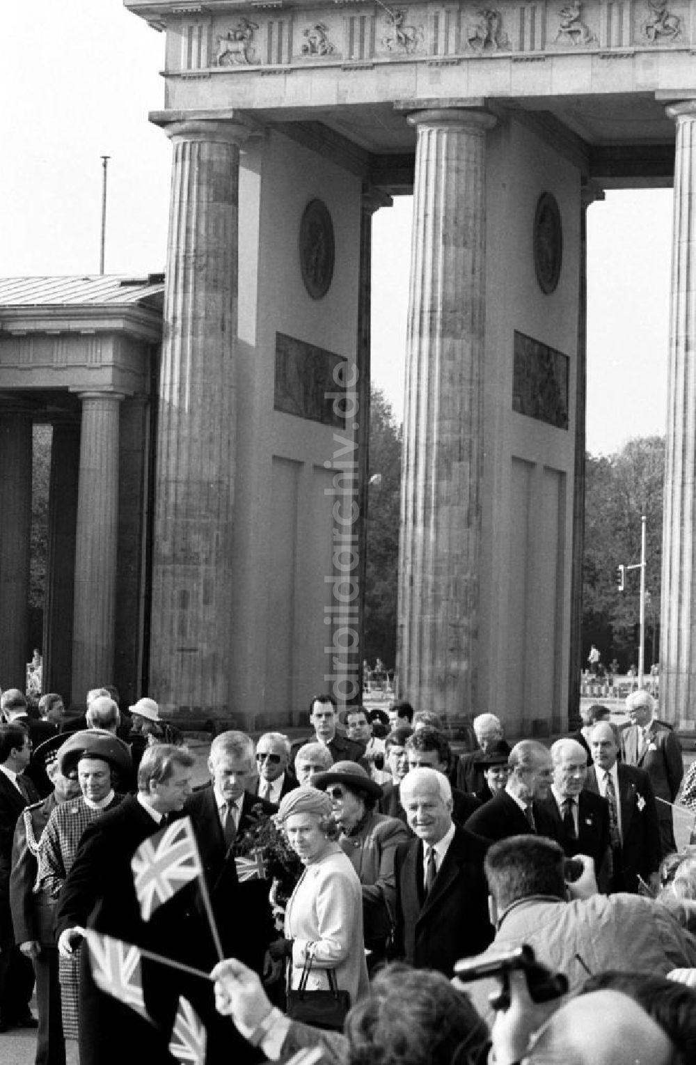 83fc58f578 Berlin-Mitte: Besuch der Königin Elisabeth II. (Queen Elisabeth II.) des  Vereinigten Königreich von Großbritannien und ...