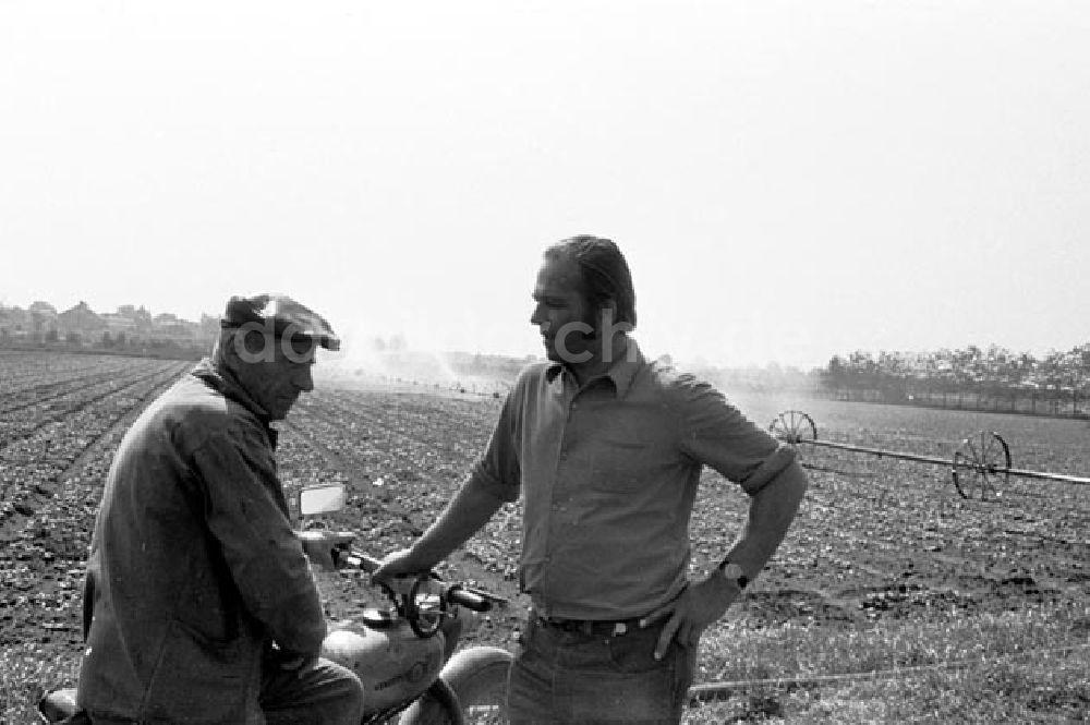 Historique : Motos des coopératives agricoles en RDA Ddr-fotos-bewaesserungsanlage-einem-feld-lpg-mai-berlin-wartenberg-41078