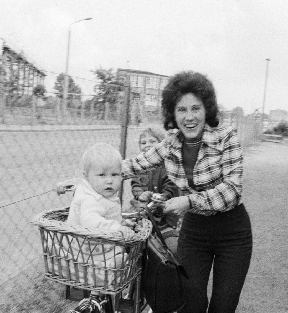 DDR-Fotoarchiv: Eberswalde - Frau mit zwei Kindern und