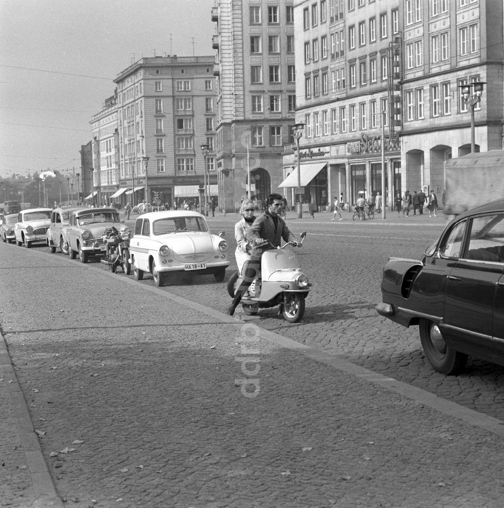 Paysage des 2 roues : hier et aujourd'hui - Page 2 Ddr-fotos-junges-paar-cezeta-magdeburg-sachsen-anhalt-59692