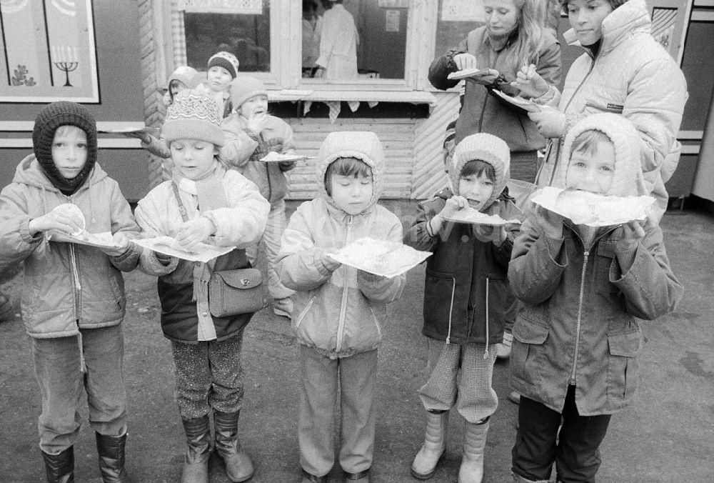 Ddr Fotoarchiv Berlin Kinder Essen Gefullte Eierkuchen Auf Dem