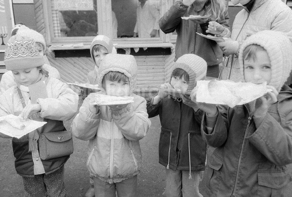Berlin Kinder Essen Gefullte Eierkuchen Auf Dem Weihnachtsmarkt In