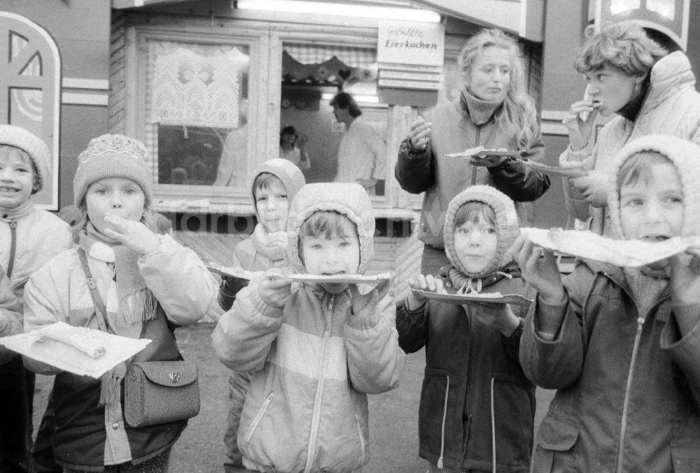 Ddr Bildarchiv Berlin Kinder Essen Gefullte Eierkuchen Auf Dem