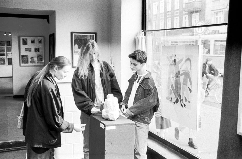 33e4a911dfa63 Berlin-Pankow  Kleine Galerie in Pankow Ausstellung von Schülern Pank. POS  25.04.89 Foto  Grahn Umschlagnummer  0473