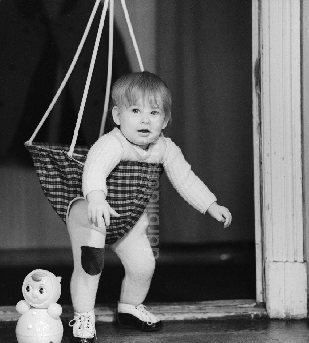 DDR-Bildarchiv: Berlin - Kleinkind in einer Babyschaukel die in ...
