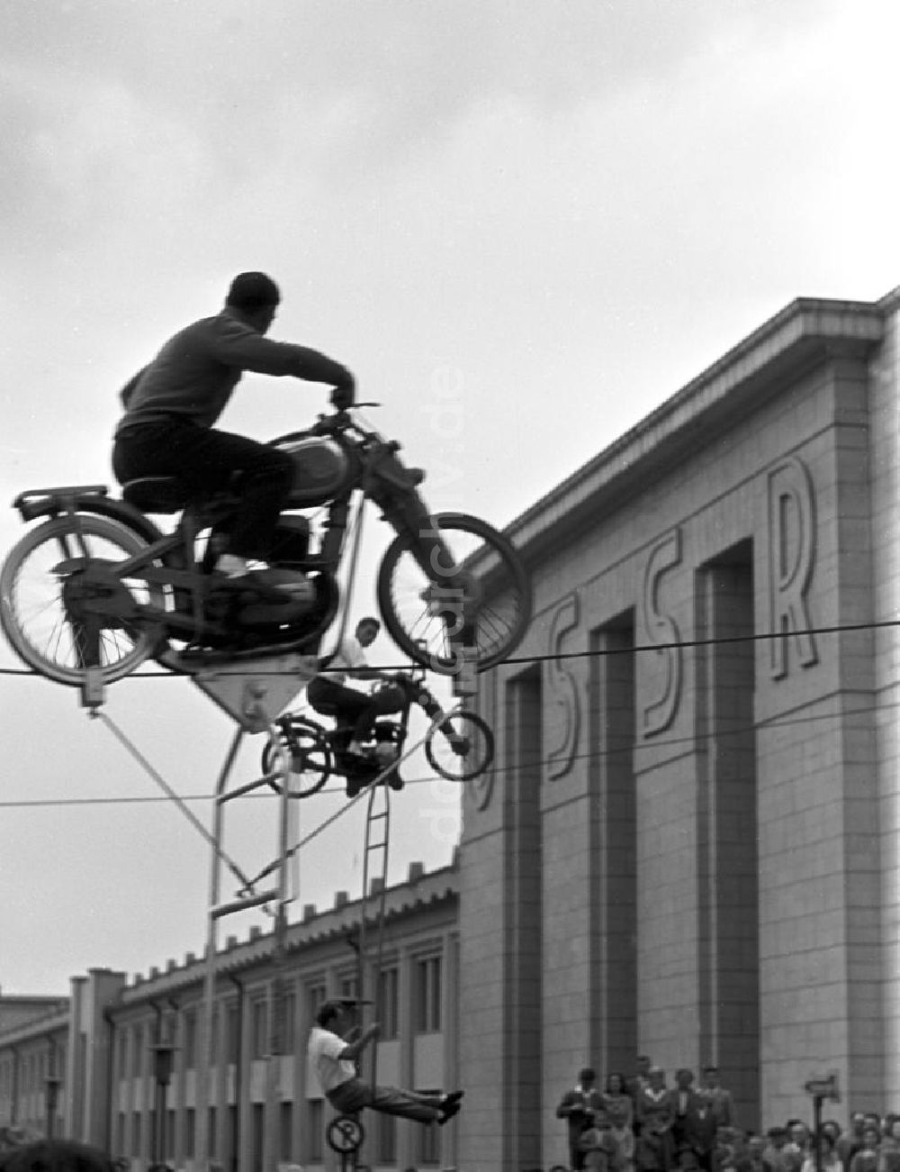 Paysage des 2 roues : hier et aujourd'hui Ddr-fotos-leipzig-pressefest-artisten-53581