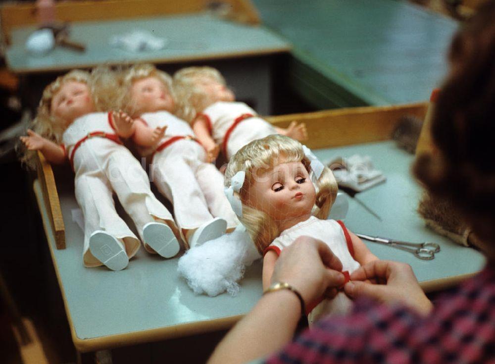 DDR Fotoarchiv: Sonneberg Puppenfabrikation im VEB