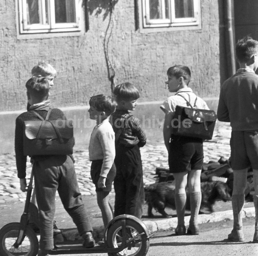 DDR-Bildarchiv: Neuruppin - Straßenszene mit Kindern in Orlamünde ...