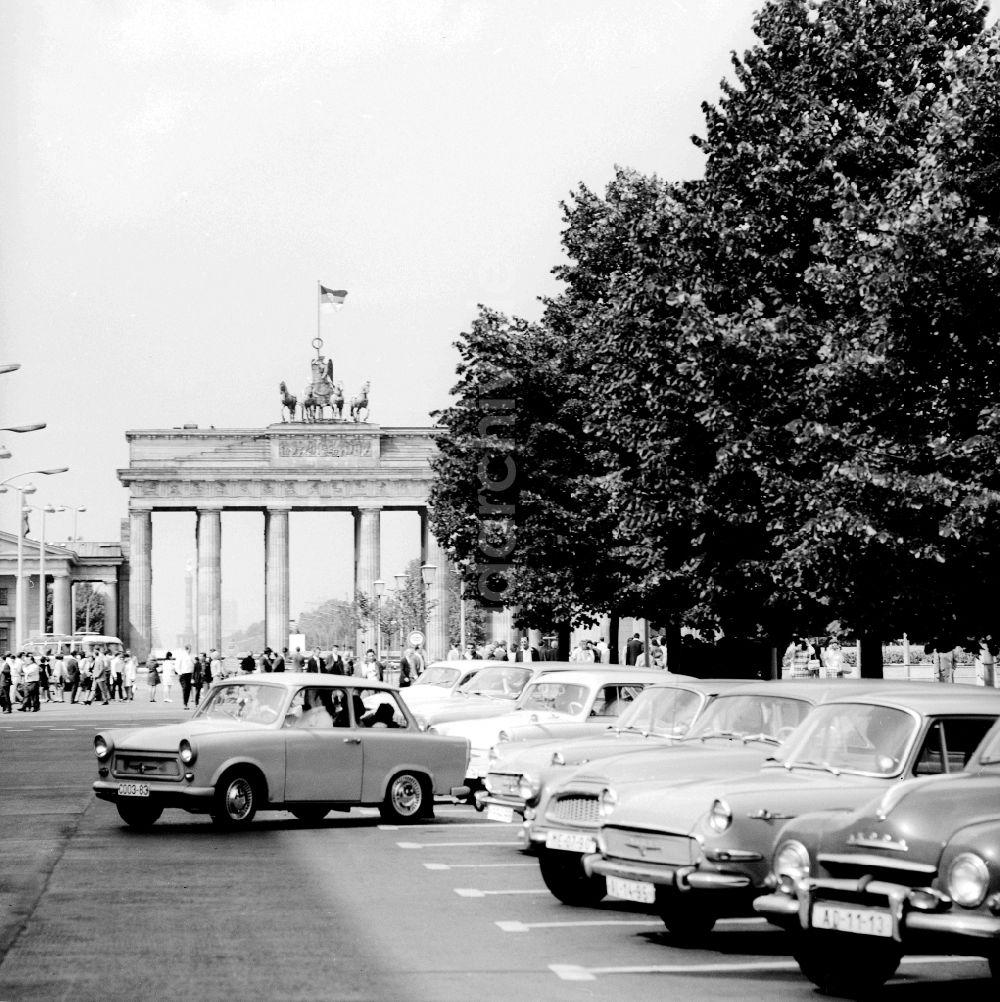 Berlin Mitte Unter Den Linden Im August 1967 Blick Zum Brandenburger Tor Parkplatz Auf Hohe Des