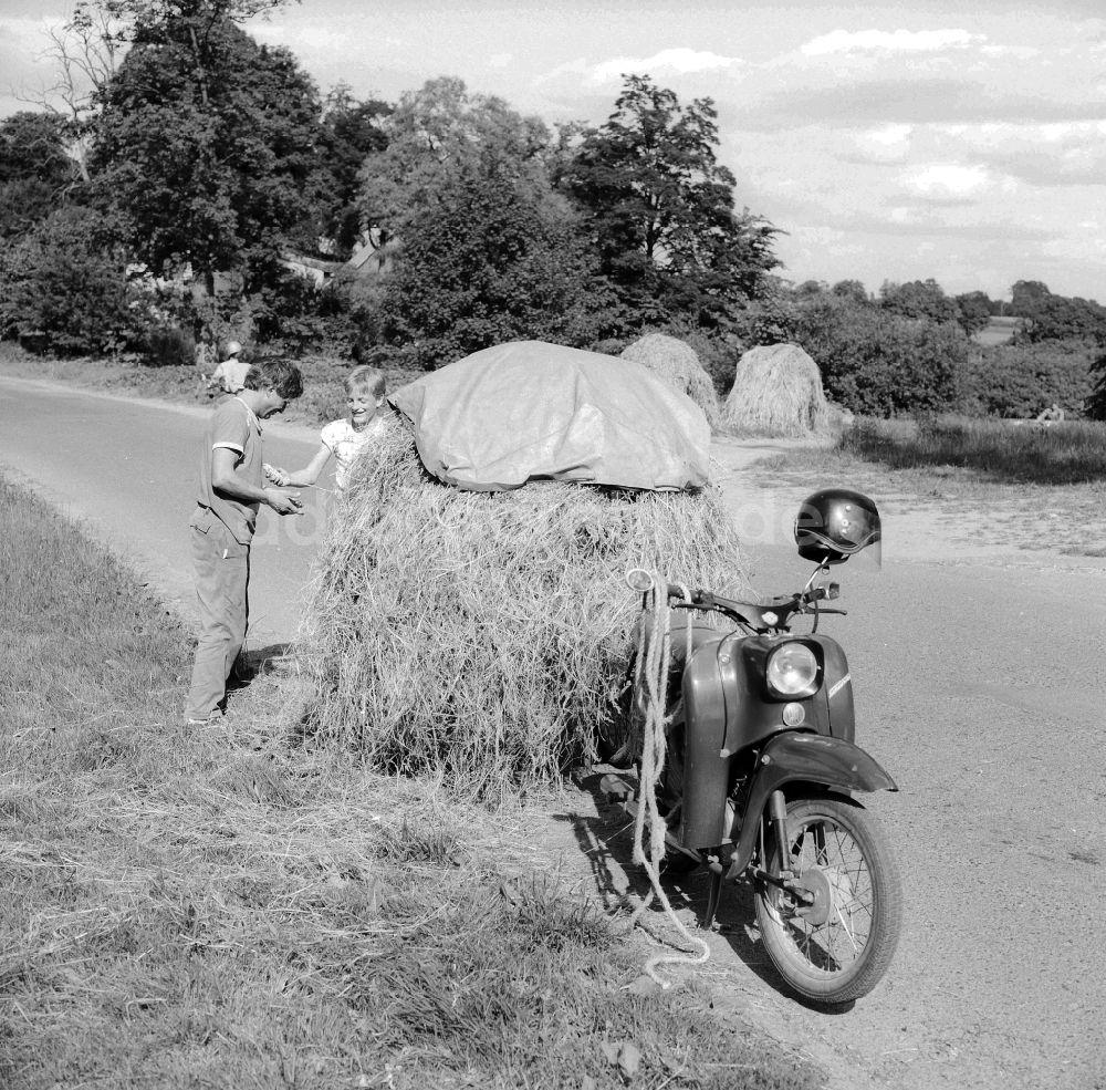 Historique : Motos des coopératives agricoles en RDA Ddr-fotos-vater-sohn-motorrad-marke-simson-schwalbe-anhaenger-schwerin-mecklenburg-vorpommern-gebiet-ehemaligen-ddr-deutsche-demokratische-republik-65108
