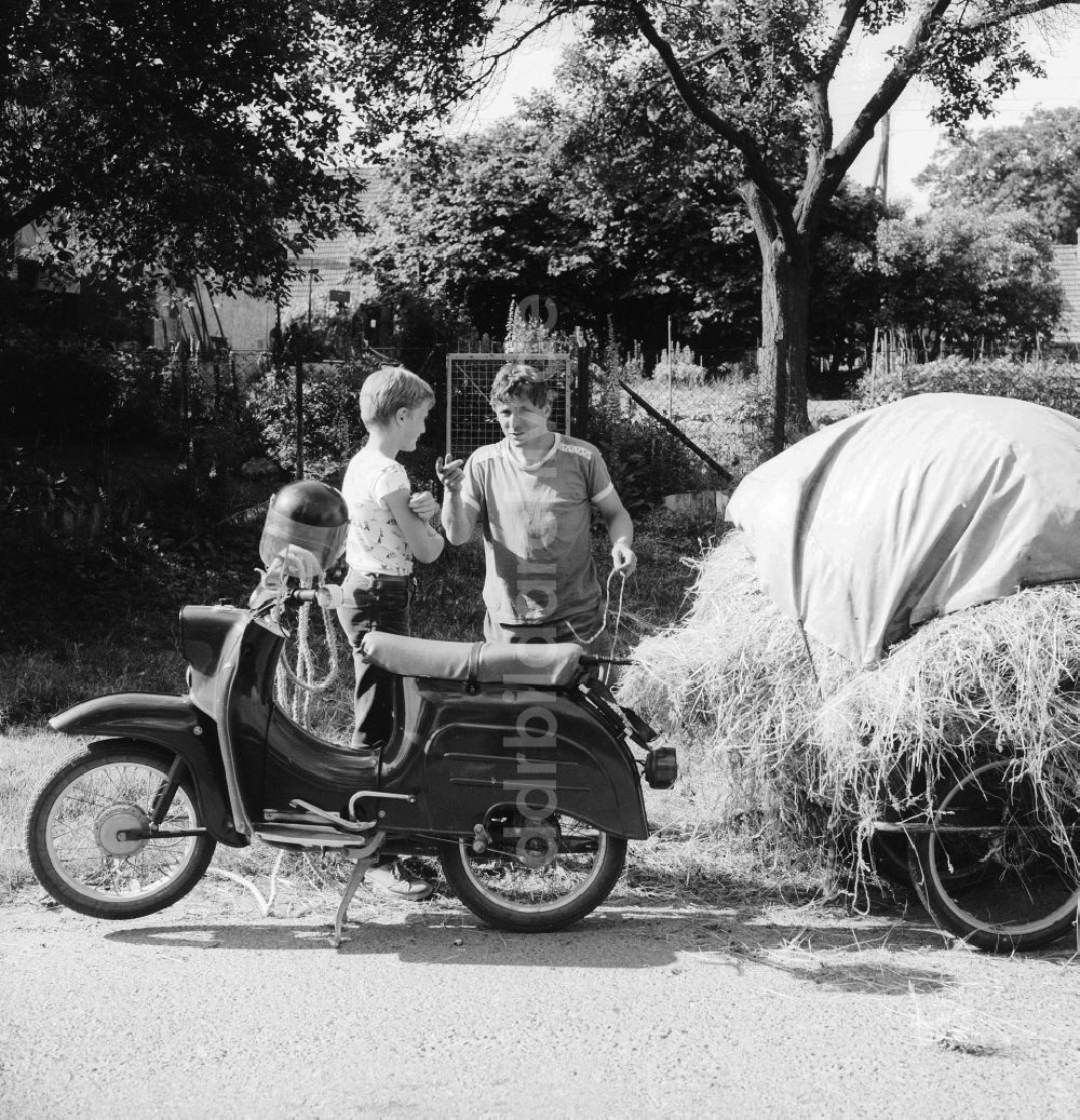 Historique : Motos des coopératives agricoles en RDA Ddr-fotos-vater-sohn-motorrad-marke-simson-schwalbe-anhaenger-schwerin-mecklenburg-vorpommern-gebiet-ehemaligen-ddr-deutsche-demokratische-republik-65110