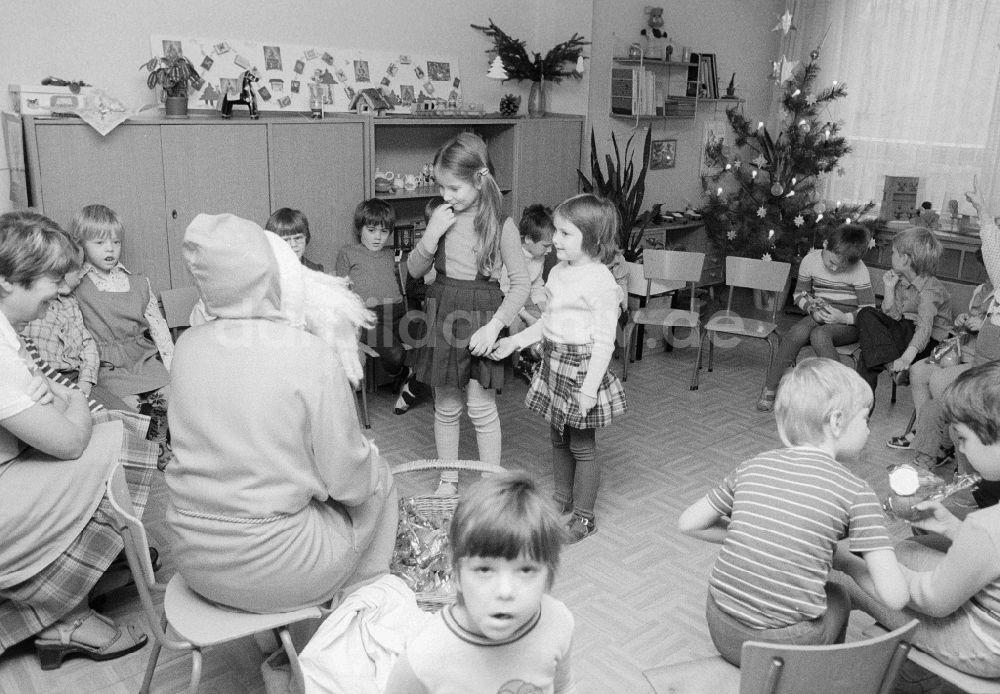 ddr fotoarchiv berlin weihnachtsfeier im kindergarten. Black Bedroom Furniture Sets. Home Design Ideas