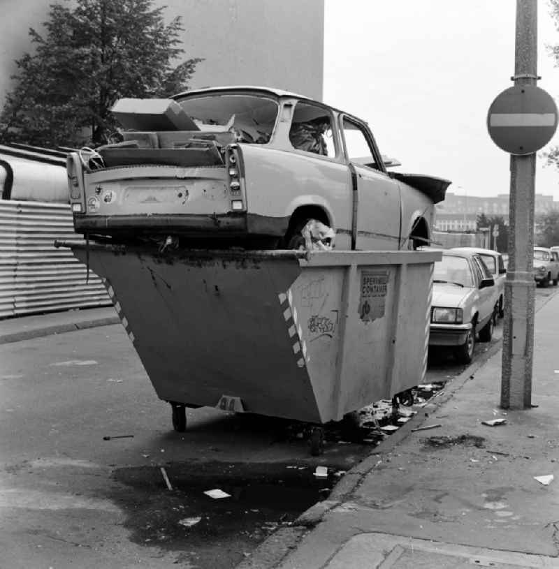 Trabant im Sperrmüllcontainer in Berlin - Mitte
