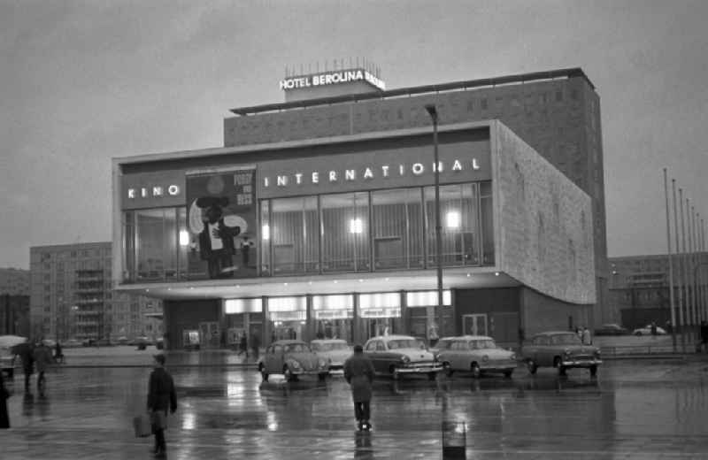 Das Kino ' International ' an der Karl-Marx-Allee in Berlin - Mitte